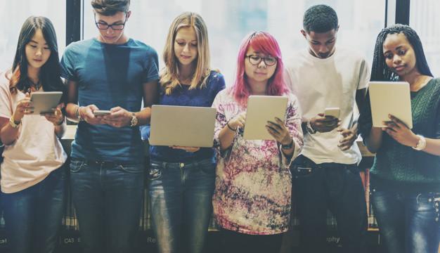 etudiants sur leur écran digital